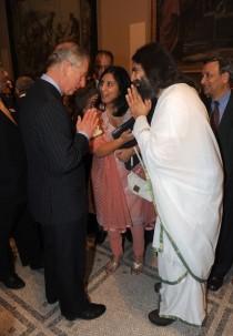 L'incontro fra Carlo d'Inghilterra e il santone Rishi Nityapragya alla presentazione di JAINpedia.