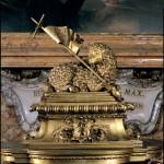 Carlo Fontana, Fonte battesimale, particolare con l'Agnus Dei