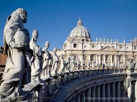 Colonnato, I Santi del coronamento
