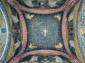 Cupola con cielo stellato, Croce e i quattro Viventi dell'Apocalisse