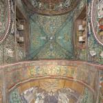 Il catino absidale, l'intradosso dell'arco trionfale, la volta e l'intradosso dell'arco del presbiterio visti dal basso