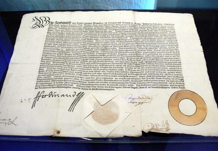 L'editto ufficiale (Judenpatent) con cui Ferdinando I d'Asburgo dichiarò obbligatorio l'uso del Gelber Ring (illustrato in basso a destra).